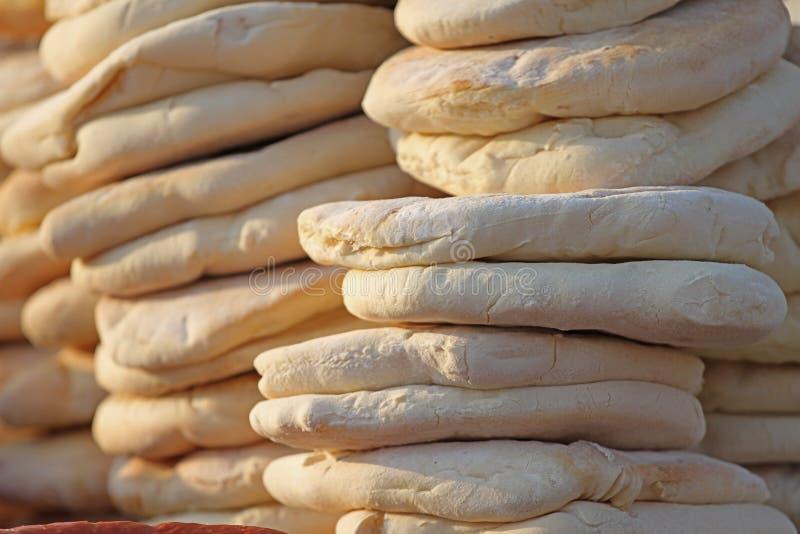 pita 堆烤皮塔饼,被烘烤的平的面包 focaccia堆  Lavash Purlenka 背景面包框架全景 平的面包背景纹理 免版税库存照片