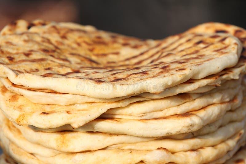 pita 堆烤皮塔饼,被烘烤的平的面包 focaccia堆  Lavash Purlenka 背景面包框架全景 平的面包背景纹理 免版税库存图片