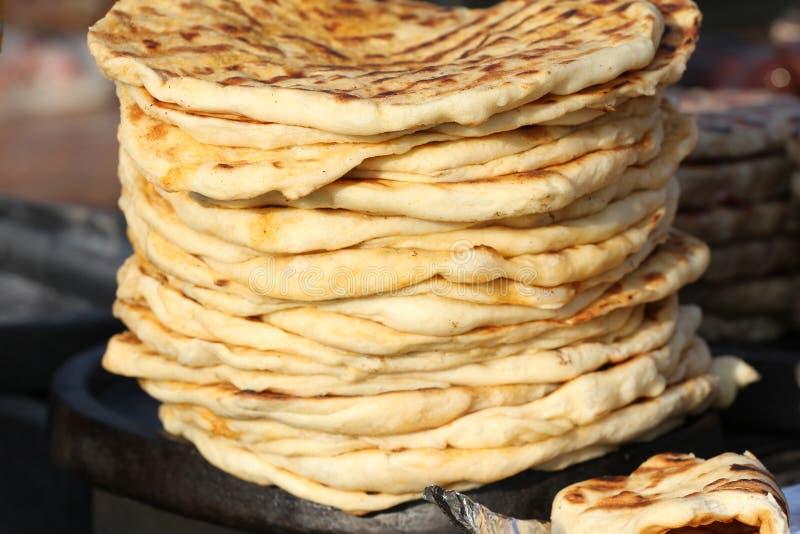 pita 堆烤皮塔饼,被烘烤的平的面包 focaccia堆  Lavash Purlenka 背景面包框架全景 平的面包背景纹理 库存照片
