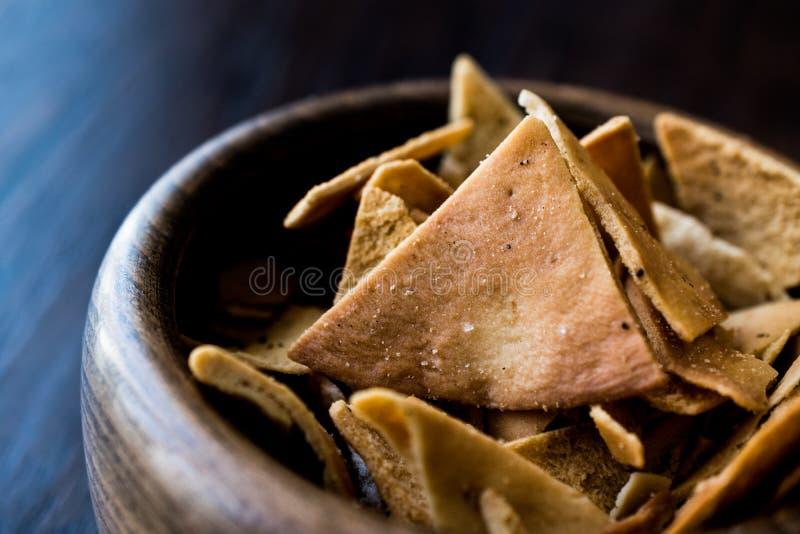 Pita Bread Chips eller mellanmål i en träbunke arkivfoto