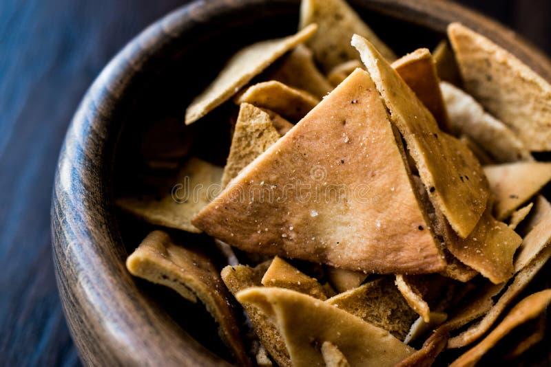 Pita Bread Chips ou petiscos em uma bacia de madeira foto de stock