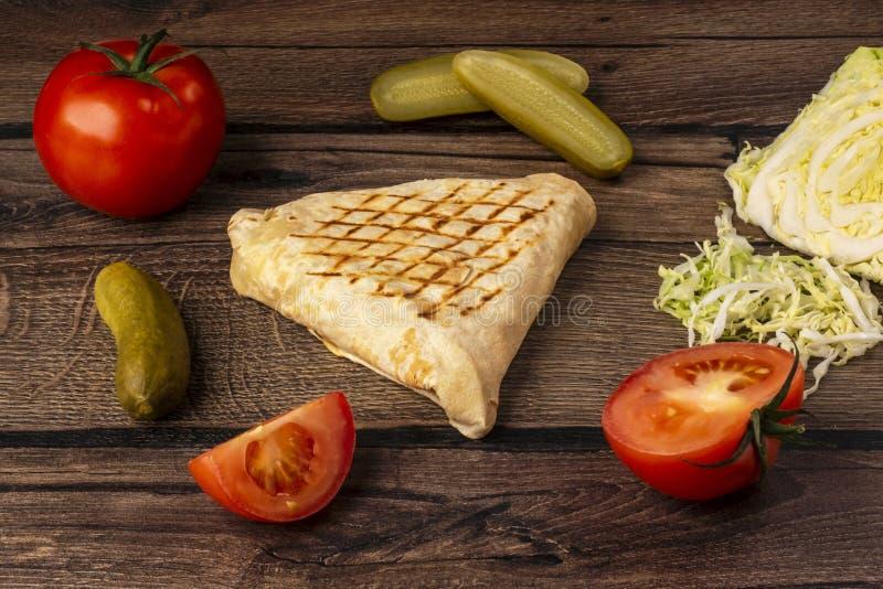 Pita chleb z jarzynowym plombowaniem - takeaway jarski fast food obrazy royalty free