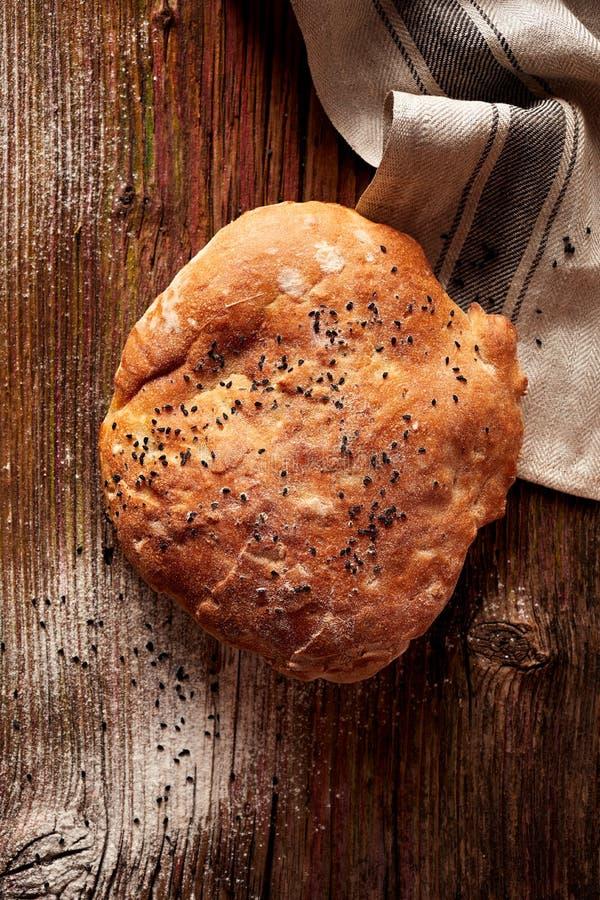 Pita chleb z nigella ziarnami na drewnianym wieśniaka stole obrazy royalty free