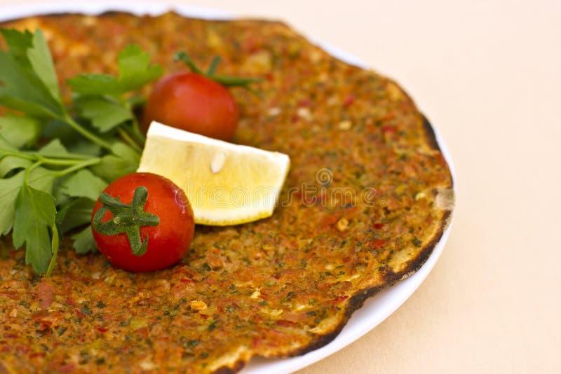 Pita turca della tortiglia con carne tritata e le spezie, spirito decorato fotografia stock