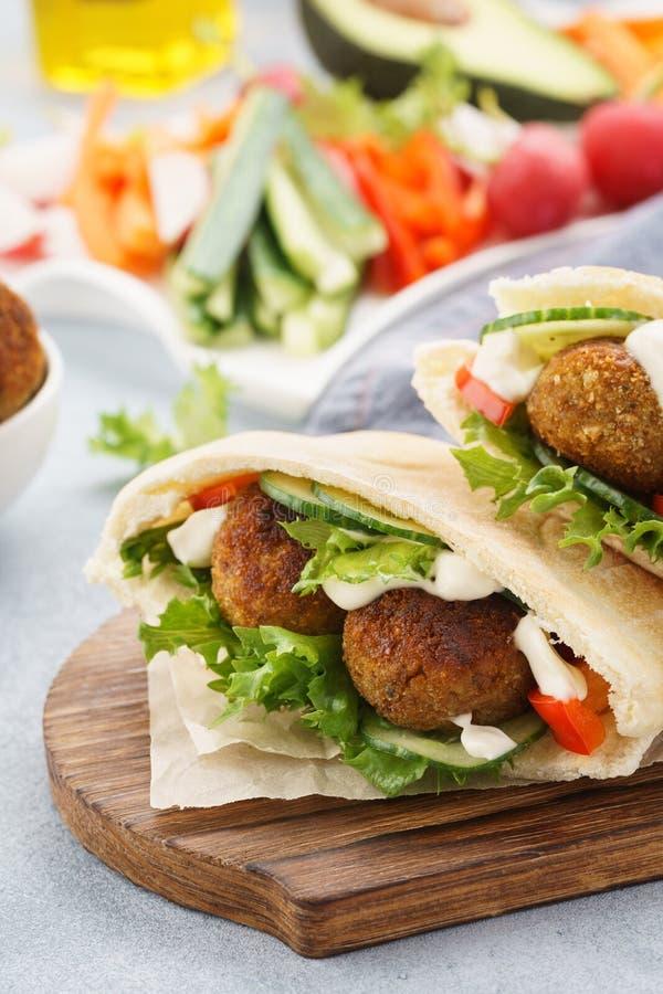 Pita vegetariana sana del falafel con gli ortaggi freschi e la salsa immagini stock