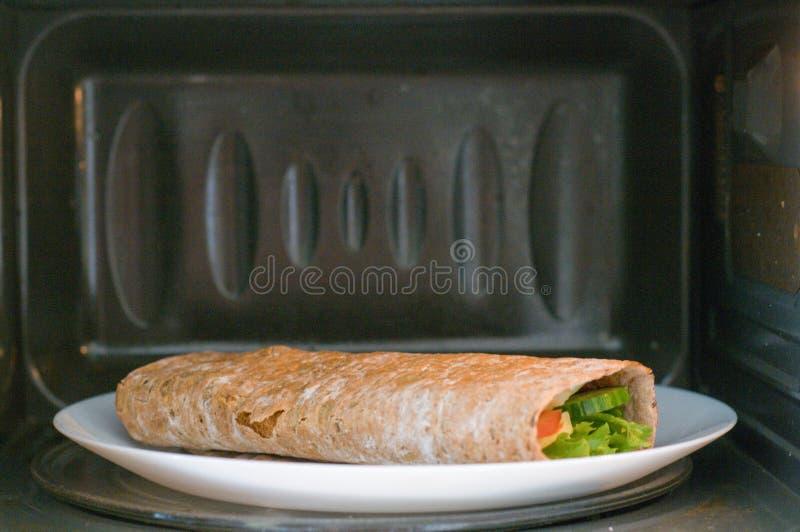 Pita z ogórkami, pomidorami, chees, jajkami i sałatą, obrazy stock