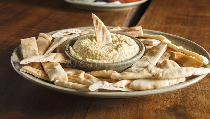 Pitabröd och Hummus arkivbild