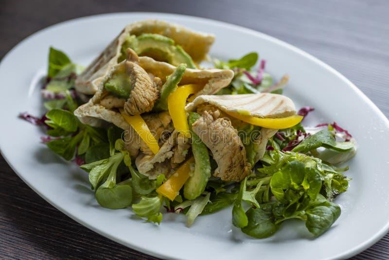 pitabroodje met kip en salat royalty-vrije stock foto