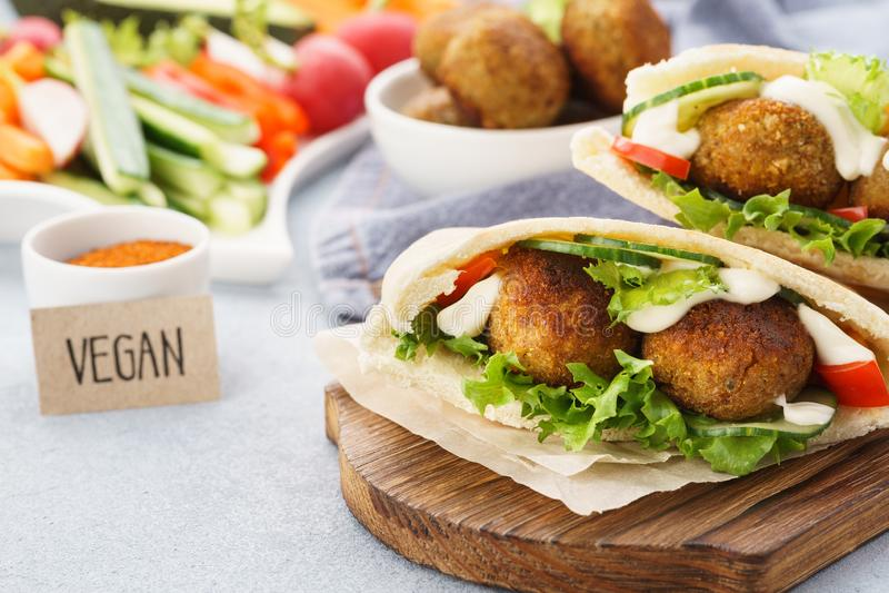 Pitabroodjes met falafel, verse groentestokken en saus royalty-vrije stock afbeelding