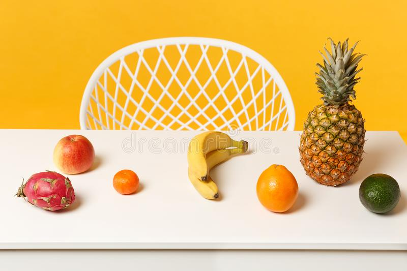 Pitahaya arancio della banana del mandarino dell'avocado della mela fresca matura dell'ananas, frutta del drago sulla tavola bian fotografia stock libera da diritti