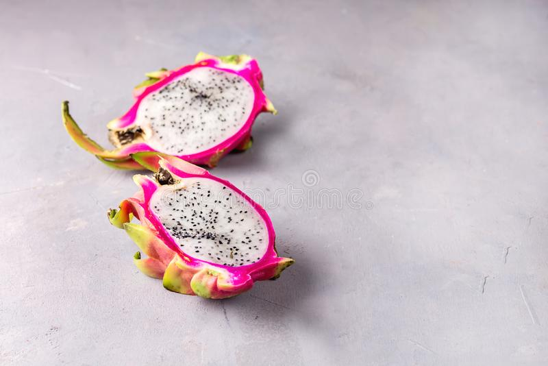 Pitahaya organico fresco Dragon Fruit Cut a metà sullo spazio della copia di Gray Background Tasty Tropical Fruit fotografia stock