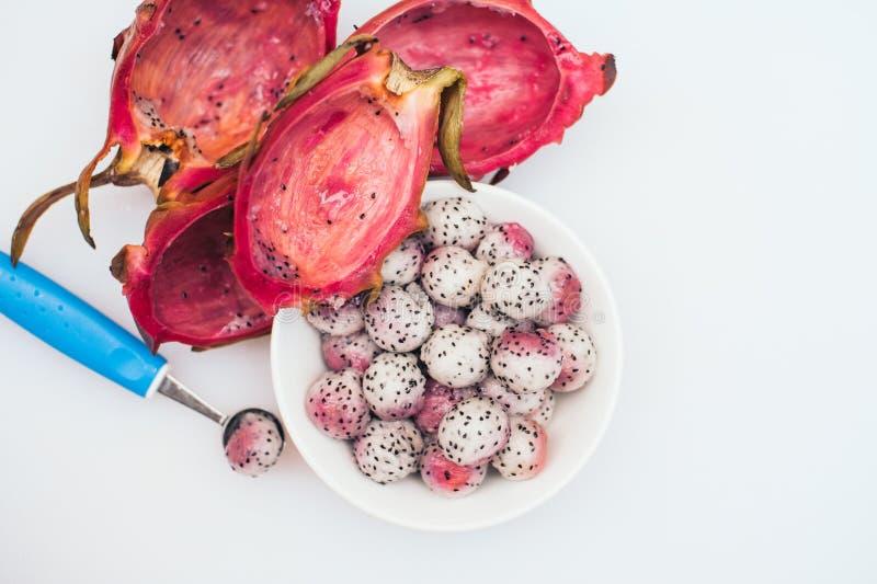 Pitahaya a ouvr? dans les boules sur le fond blanc Fruit tropical coup? en tranches Portion de dessert Fruit d?coup? Boules de fr image stock