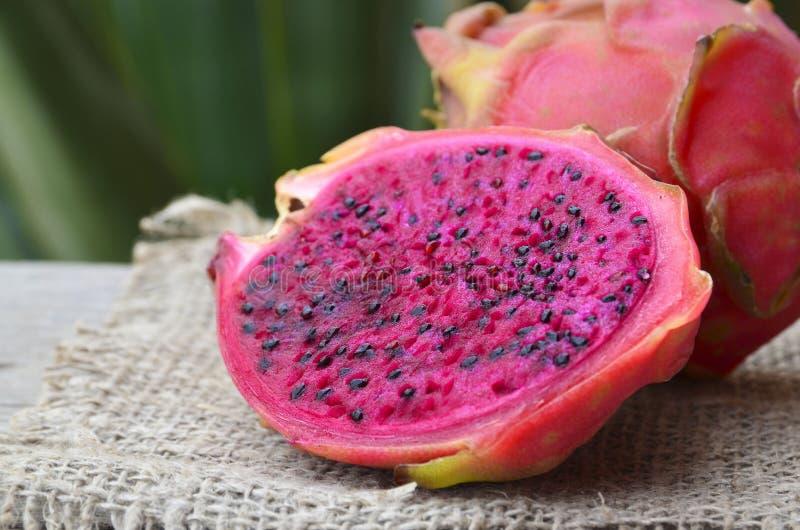 Pitaya mûr frais ou fruit du dragon du genre Hylocereus, famille de Cactaceae Fruit exotique tropical rouge de roja de Pitahaya P photographie stock