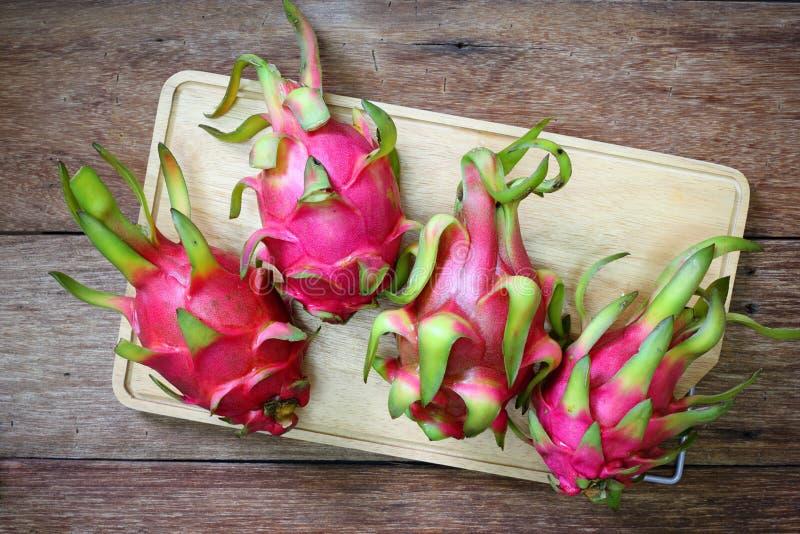 Pitaya rosa succoso sulla tavola di legno fotografia stock libera da diritti