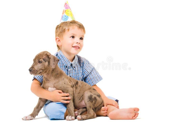 Pitbull del muchacho y del perrito imagen de archivo libre de regalías