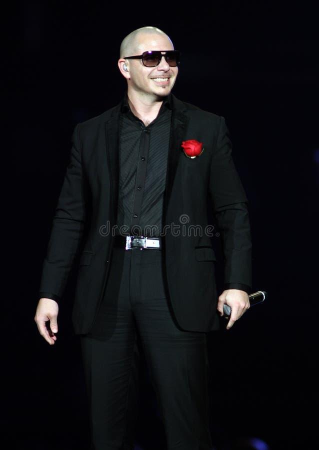 Pitbull wykonuje w koncercie obrazy stock