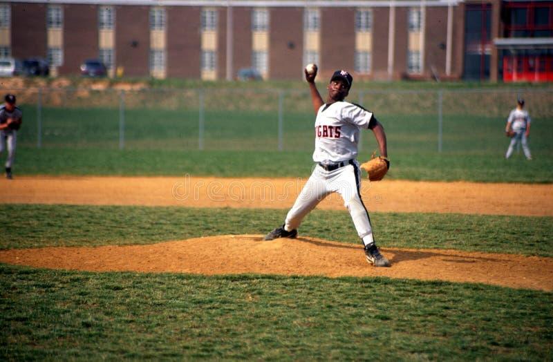 Pitche in un gioco di baseball della High School immagini stock