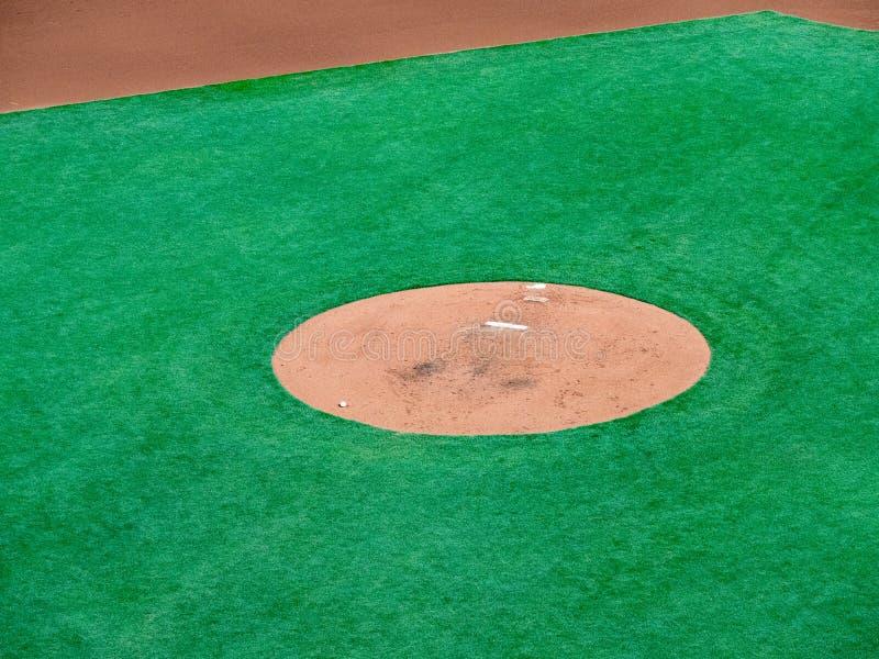 Pitcher's-Hügel eines Baseballdiamanten, der Werfer erwartet stockfotos
