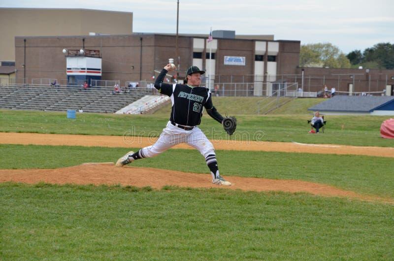 Pitcher in einem High School Spiel lizenzfreie stockbilder