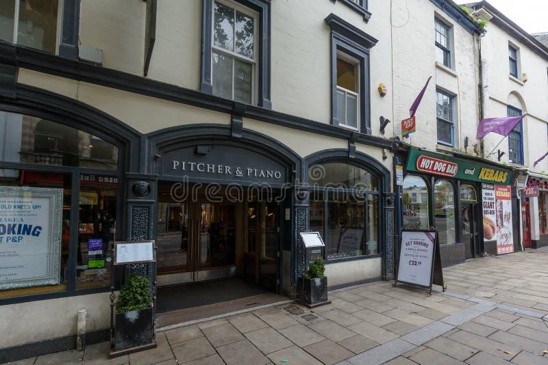 Pitcher und Klavier-Eingang stockfoto