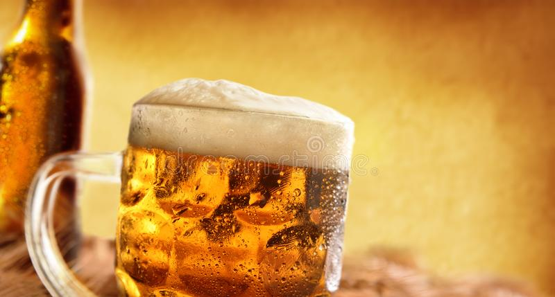 Pitcher voll Bier mit Schaum mit Gerstenohrdetail stockfotografie