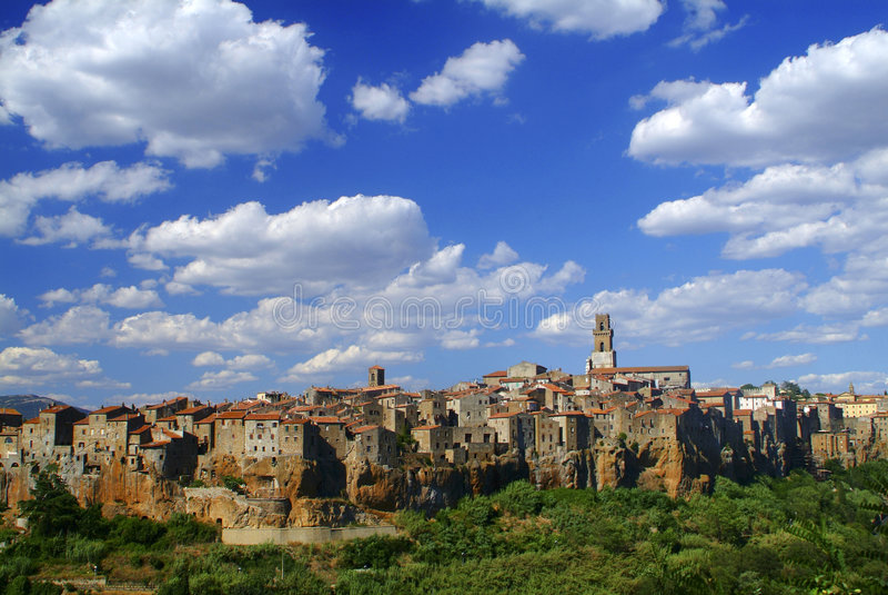 Pitigliano e nubi, Toscana immagini stock
