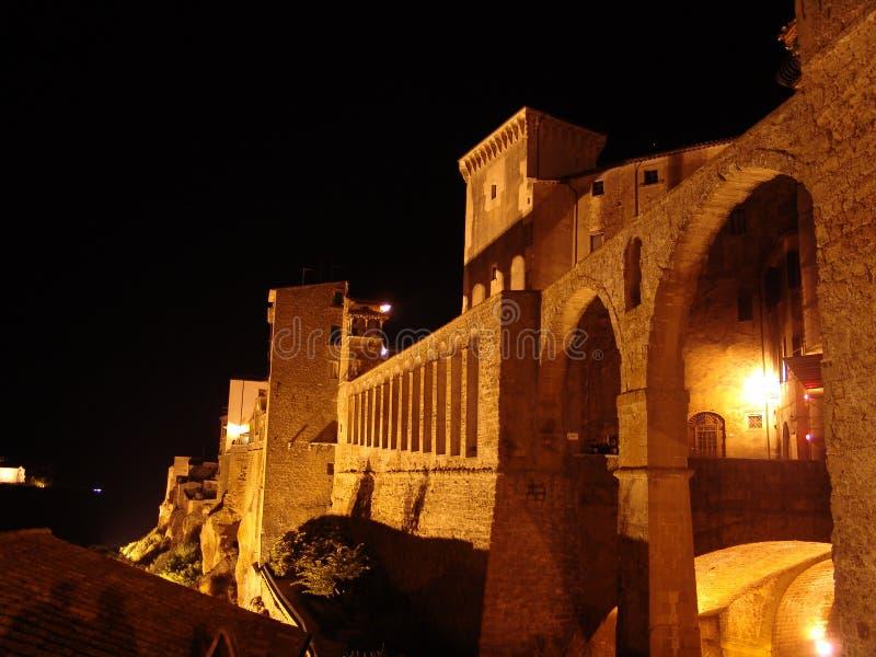 Pitigliano entro la notte, Toscana fotografia stock libera da diritti