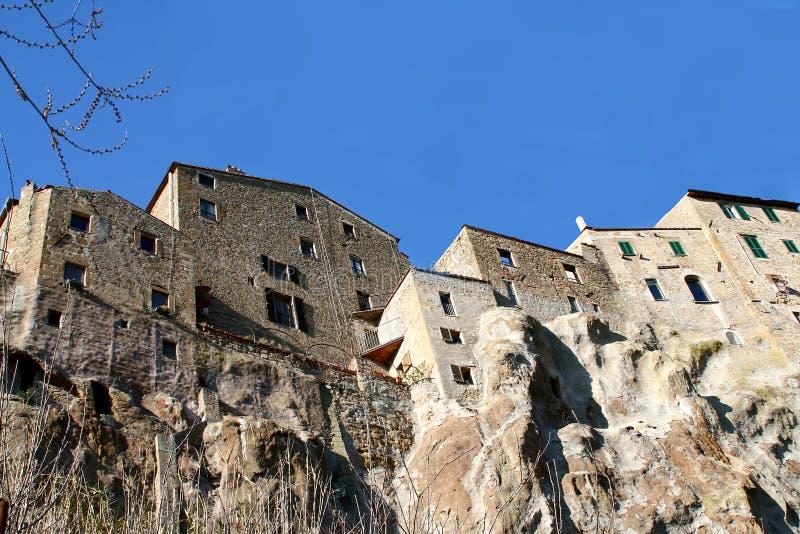 Pitigliano y sus casas en la toba volcánica oscilan imagen de archivo