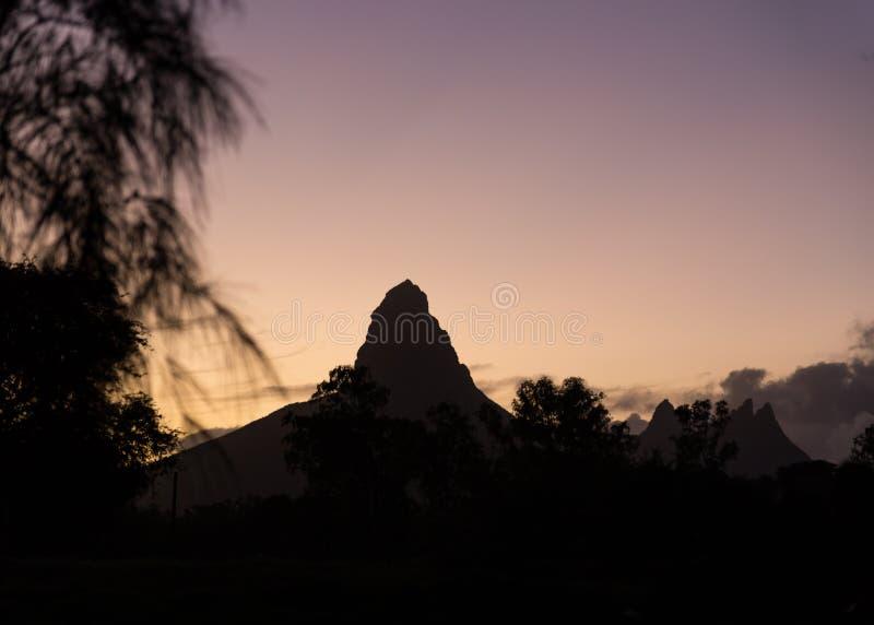 Piton De Los angeles Mały sylwetka przy wschód słońca panoramą Mauritius zdjęcie royalty free