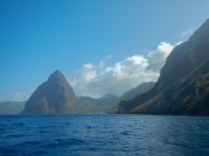 Pitons et mer petits et de Gros au St Lucia images libres de droits