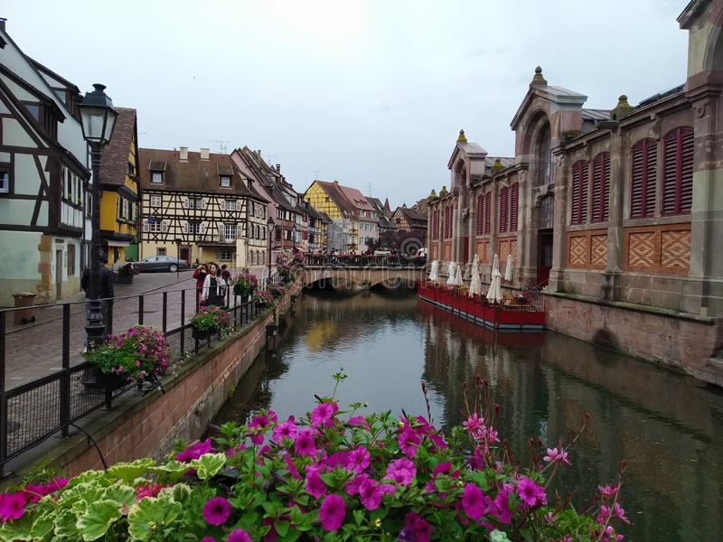 Pitoresco e decorado com os canais das flores de Colmar, França foto de stock royalty free