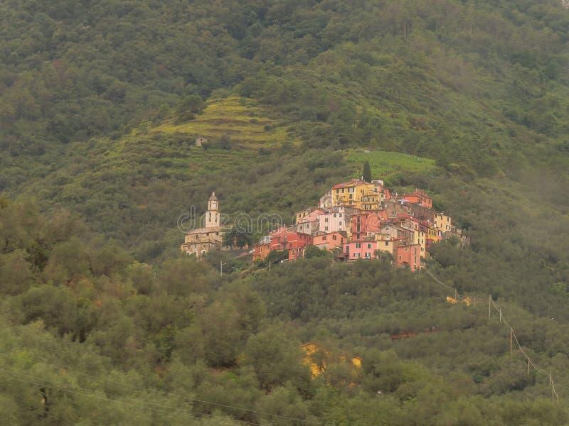 Pitoresco pouca cidade em um fundo verde borrado Localizado nos montes, perto de Cinque Terra National Park foto de stock