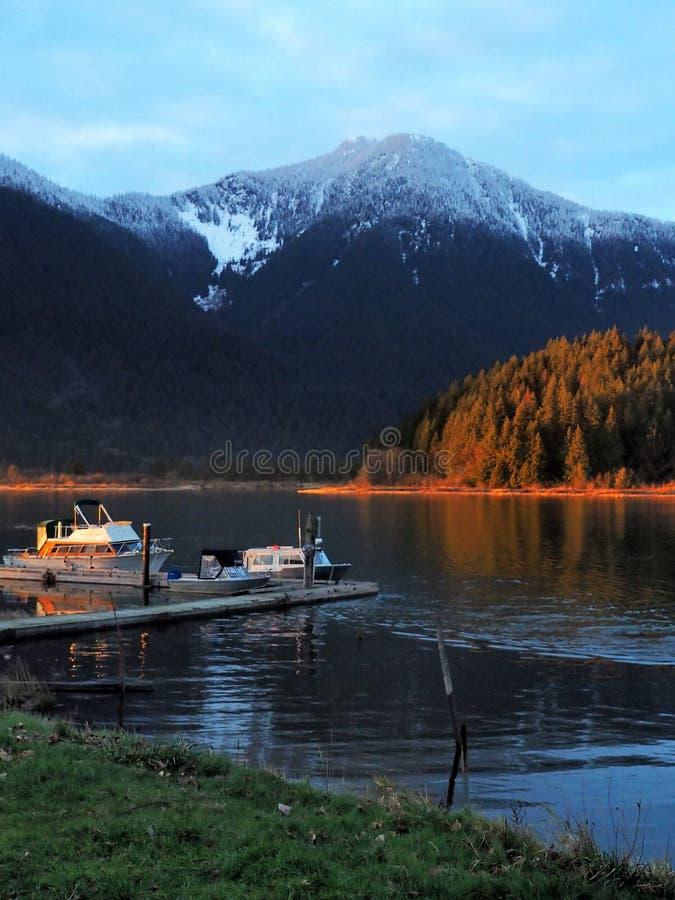 Pitt湖与小船夫妇的小船发射  库存图片