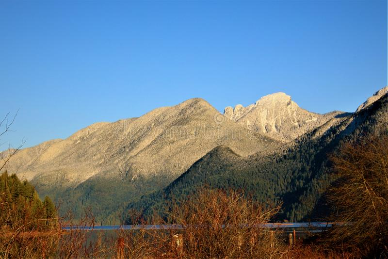 Pitt Lake Mountains lizenzfreie stockfotos