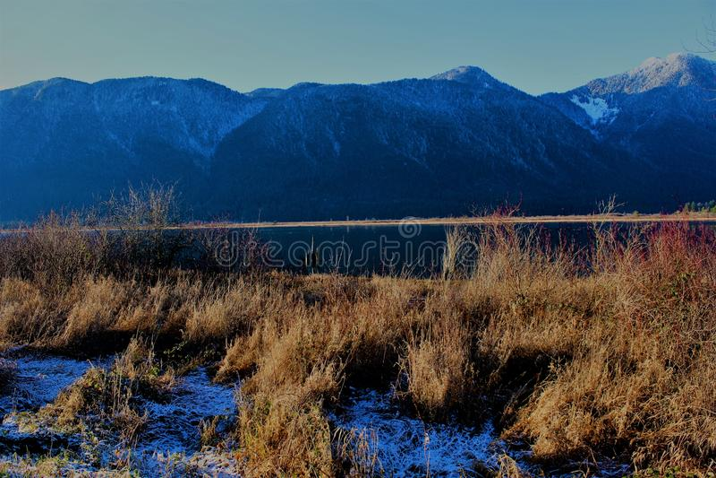 Pitt Lake Mountains, BC, Canadá imagem de stock
