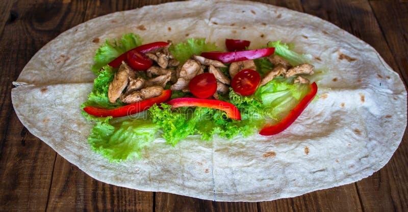 Pittabrot mit gegrillten Fleischtomaten pfeffern und Salat stockfotografie