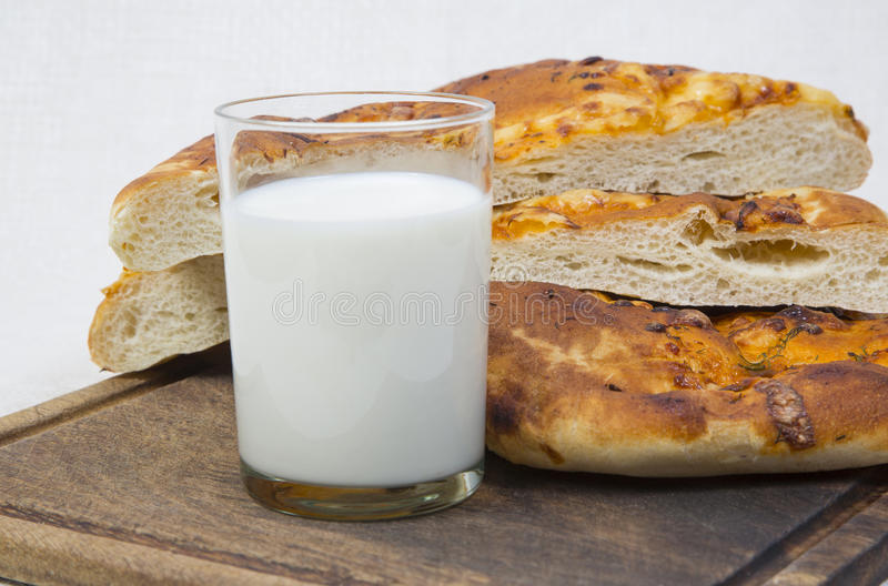 Pittabrot mit Milch Nahaufnahme stockfotografie