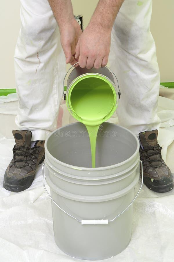Pittore che versa vernice verde fotografie stock libere da diritti