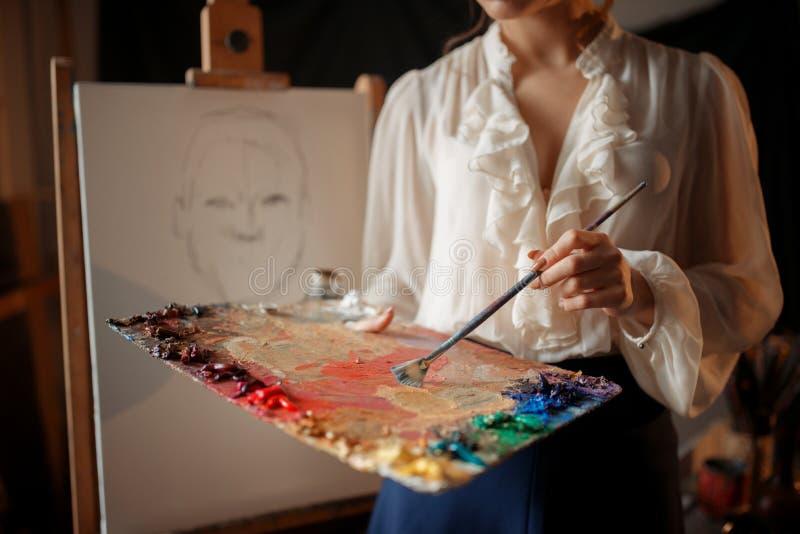 Pittore femminile con la tavolozza e la spazzola di colore immagine stock