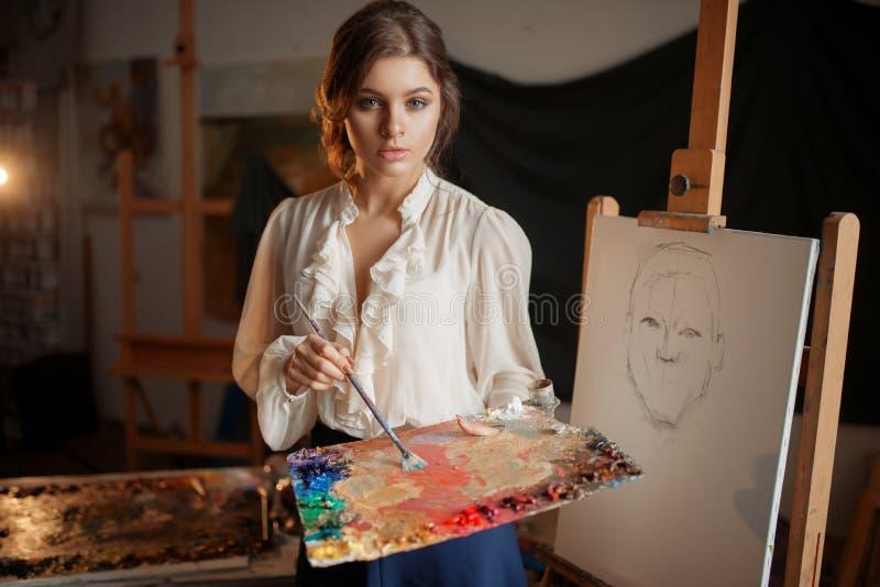 Pittore femminile con la tavolozza e la spazzola di colore fotografia stock libera da diritti