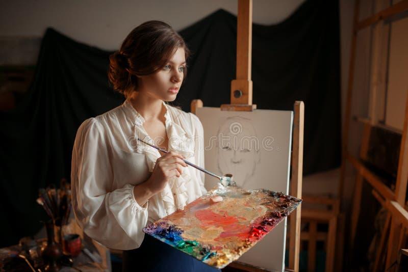 Pittore femminile con la tavolozza e la spazzola di colore fotografie stock