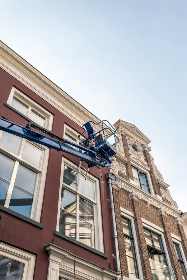 Pittore in piattaforma che mantiene vecchia costruzione Deventer, Overijss immagine stock libera da diritti