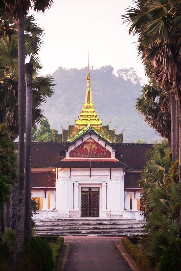 Pittoresco del museo nazionale di Luang Prabang e della palma ha allineato al crepuscolo immagine stock
