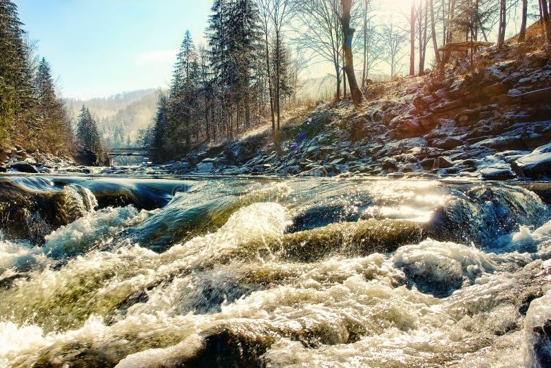 Pittoresk bergflod med stenblock och stenkullen arkivbilder