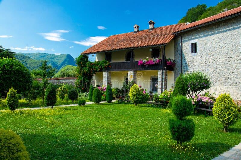 Pittoresk borggård av kloster Moraca, Montenegro fotografering för bildbyråer