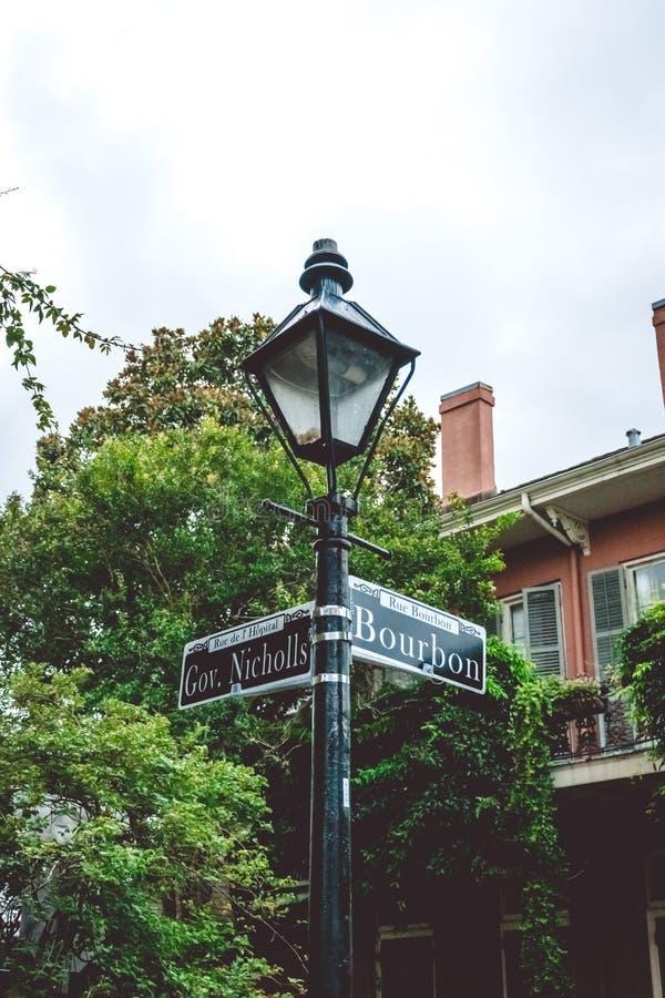 Pittoresk bourbongata Genomskärningen av gator i New Orleans och det gamla vägmärket royaltyfri fotografi