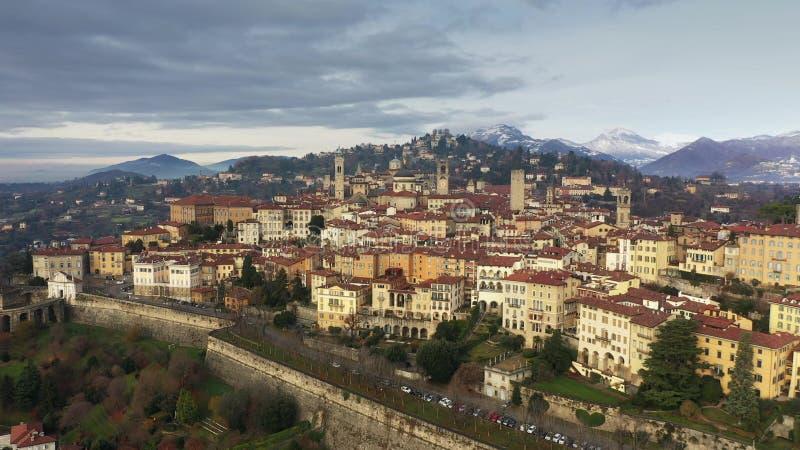 Pittoresk flyg- sikt av Bergamo och omgeende berg, Italien royaltyfri fotografi