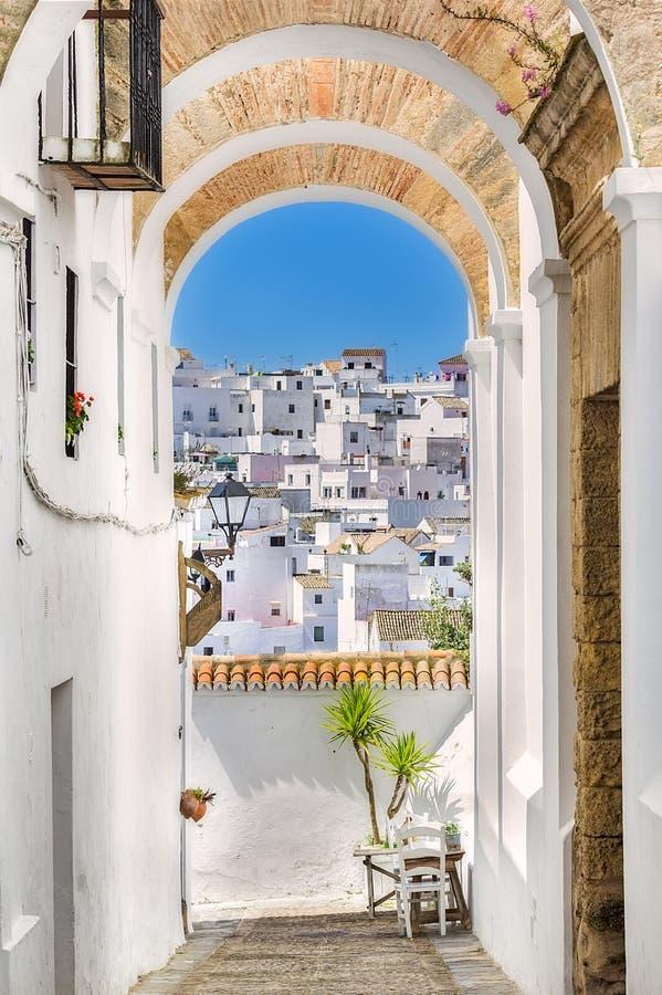Pittoresk gata av den Andalusian byn, Vejer de la Frontera, royaltyfri foto