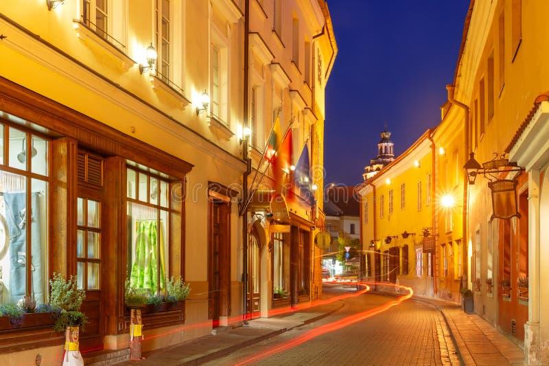 Pittoresk gata på natten, Vilnius, Litauen royaltyfri fotografi