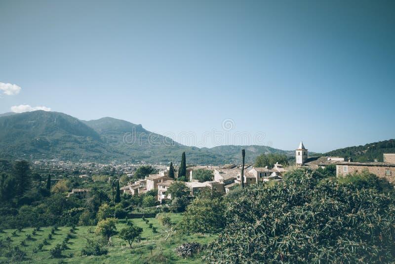 Pittoresk by i Tramuntana berglandskap på den Majorca ön royaltyfri bild